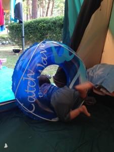 浮き輪で遊ぶ